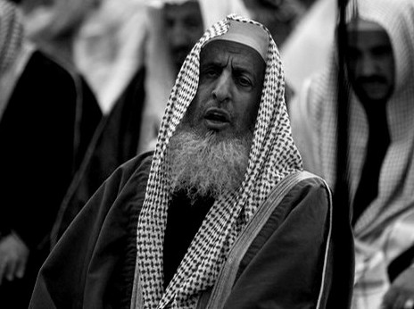 Sheikh Abdul Aziz Al-Asheikh, the Kingdom's grand mufti, prays during the funeral of the Saudi woman and her daughter who were killed in Chad, at the Grand Mosque in Riyadh February 6, 2008. A bomb attack on the residence of the Saudi ambassador to Chad killed the wife and daughter of an embassy employee taking shelter from the fighting between the government and rebel forces. REUTERS/Ali Jarekji  (SAUDI ARABIA)