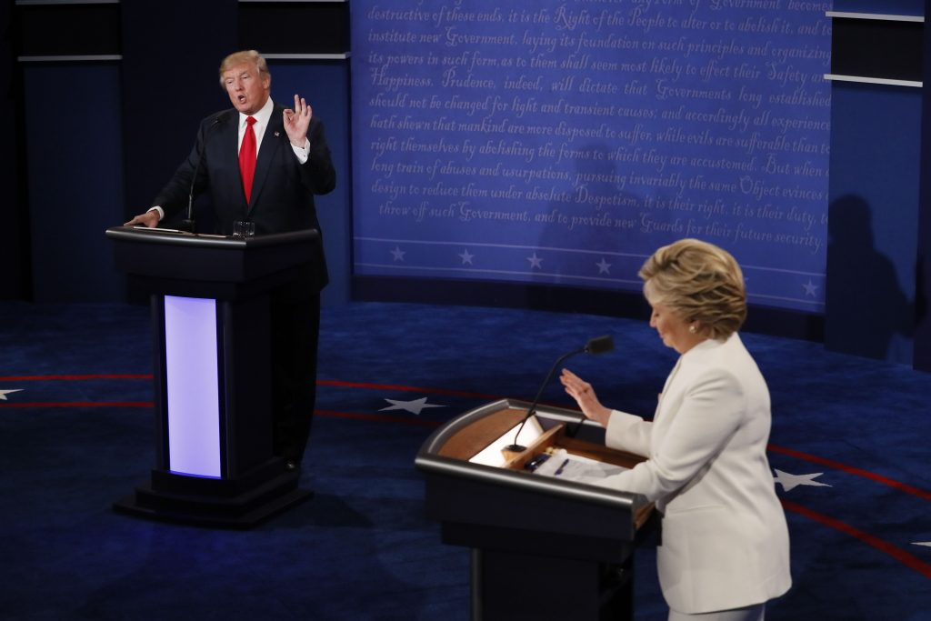 Hillary Clinton e Donald Trump se enfrentam no terceiro e último debate presidencial (Foto: AFP PHOTO / Mark RALSTON)