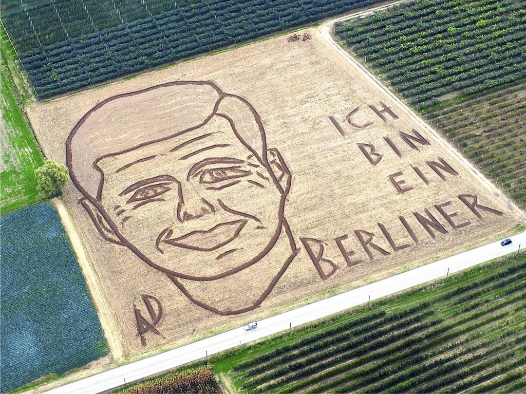 An aerial view of a giant portrait of slain U.S. President John F. Kennedy made by Italian artist Dario Gambarin is seen at a field in Castagnaro near Verona, northern Italy, November 13, 2013. The 50th anniversary of Kennedy's death will be on November 22. Picture taken November 13, 2013. REUTERS/Dario Gambarin (ITALY - Tags: POLITICS ANNIVERSARY SOCIETY TPX IMAGES OF THE DAY)