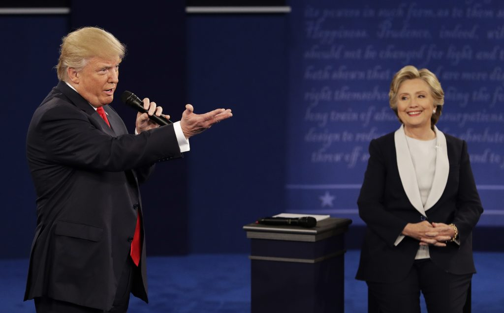 Trump e Hillary se enfrentam no segundo debate à presidência dos EUA (FOTO: AFP PHOTO / Paul J. Richards)