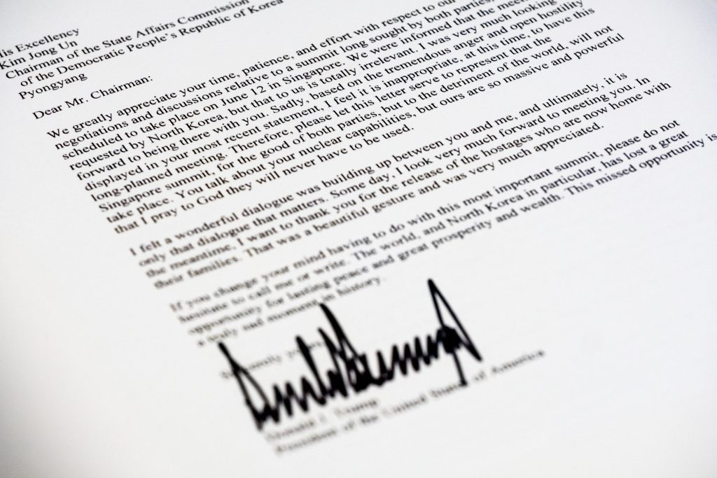 Cópia da carta enviada por Trump a Kim (AP Photo/J. David Ake)