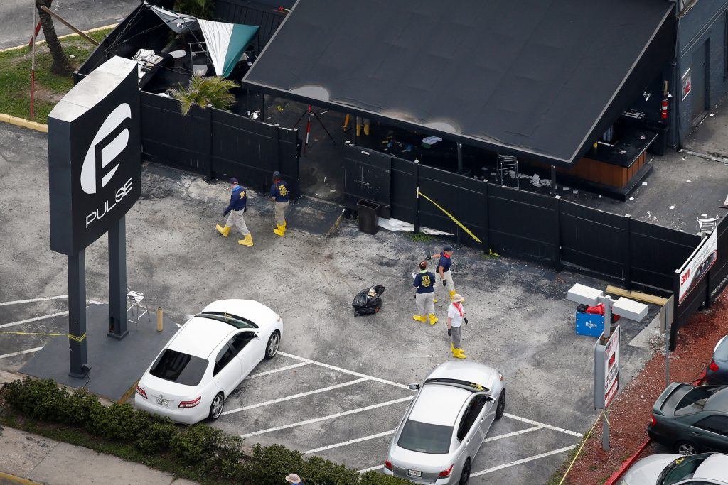 Agentes do FBI examinam estacionamento da casa noturna Pulse em busca de pistas do ataque (REUTERS/Adrees Latif)