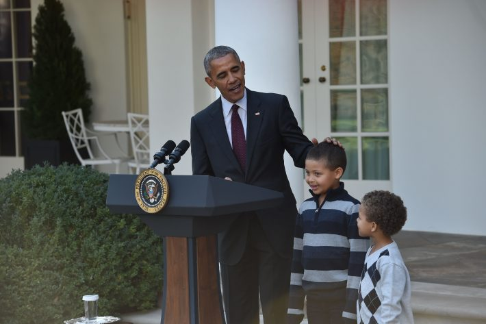 US President Barack Obama stands with his nephews before he pardons the National Thanksgiving Turkey in the Rose Garden of the White House in Washington, DC, on November 23, 2016. / AFP PHOTO / NICHOLAS KAMM
