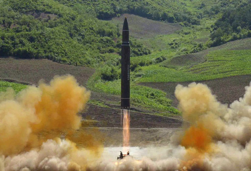 Nos últimos dois meses, Pyongyang lançou com sucesso dois mísseis balísticos intercontinentais (ICBM), que deixam parte do continente americano a seu alcance (Foto: Korean Central News Agency/Korea News Service via AP)