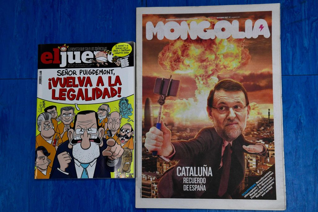 Revistas satíricas 'ElJueves' e 'Mongolia' ironizam as iniciativas do premiê espanhol, Mariano Rajoy, para impedir a independência catalã (AFP PHOTO / PIERRE-PHILIPPE MARCOU)