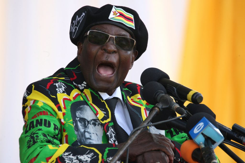 Robert Mugabe, líder do movimento armado que defendeu independência do Zimbábue, se perpetua no poder desde 1980 (AFP PHOTO / ZINYANGE AUNTONY)